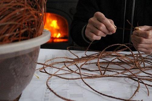 みつ編みに適した皮は、極わずか。ひたすら編み続けますが、一番緊張する工程です。