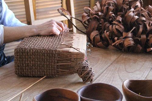 数十mのみつ編みでカゴに仕立てていきます。